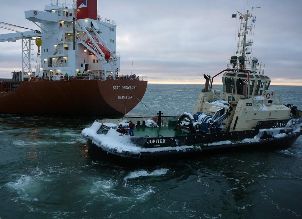 Rauma lähedal laeva välja sikutamas