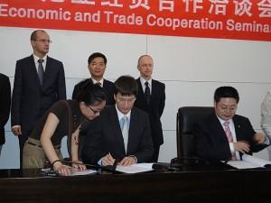 Logistika ja Transiidi Assotsiatsiooni juhatuse esimees Andres Valgerist ja Fuijani Logistika Assotsiatsiooni  president mr. Li Xinhu lepingut allkirjastamas.