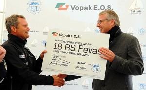 Vasakul Eesti Jahtklubide Liidu peasekretär Ott Kallas, paremal Vopak E.O.S.-i juhatuse esimees Arnout D. Lugtmeijer