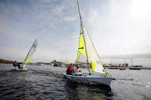 Noored purjetajad nautimas täna Pirital sõitu uute RS Feva paatidega