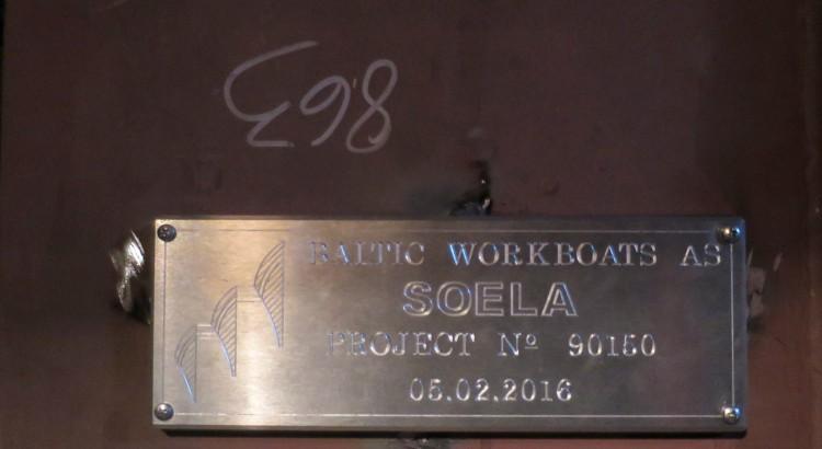 Parvlaeva Soela kütusetanki seinale kinnitatud graveeringuga tahvel, mis meenutab kiilupaneku tseremooniat 5. veebruaril 2015.